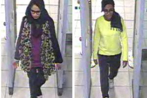 Britské školáčky, zľava Shamima Begum a Amira Abase prechádzajú cez kontrolu na londýnskom letisku Gatwick pred ich odletom 17. februára 2015.