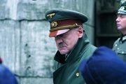Bruno Ganz vo svojej životnej úlohe Hitlera vo filme Pád Tretej ríše.
