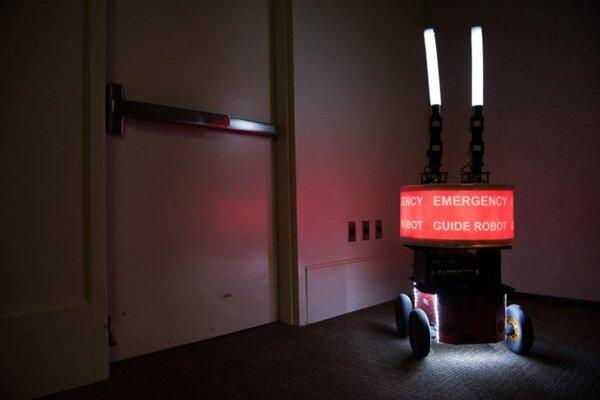 Ľudia núdzovému robotovi verili, aj keď im ukázal, že sa dokáže zmýliť.