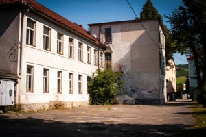 Budova bývalej základnej školy už dlhý čas chátra.