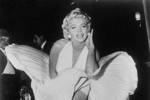 V momente, keď ventilátor nadvihol sukňu Marilyn Monroeovej, herečka sa vyzývavým pohľadom pozrela na fotografa Sama Shawa a zvolala: Hej, Sam Spade!