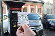 Parkomat vydal lístok, až keď sme zaplatili za hodinu, hoci podľa zmeny VZN je už minimálna taxa za polhodinu.