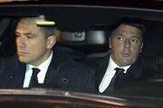 Taliansky expremiér Matteo Renzi (vpravo).