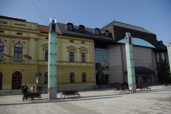Pamätník odhalia pred divadlom, vpravo od vstupu do Štúdia.