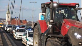 Nespokojní farmári zablokovali bratislavský most SNP a Štúrovu ulicu (video)