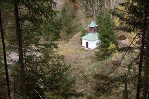 Kaplnka na Pieskoch stojí osamotene.