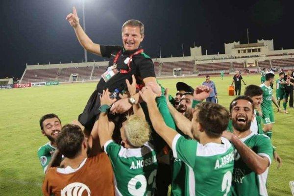 Roman Berta na rukách hráčov libanonského Al Ansar po vyhratom zápase Ázijskeho pohára v ománskom meste Salalah.