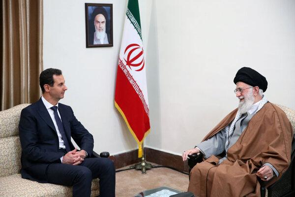 Na snímke zľava sýrsky prezident Bašár Asad a iránsky najvyšší duchovný vodca ajatolláh Alí Chameneí počas stretnutia v Teheráne.