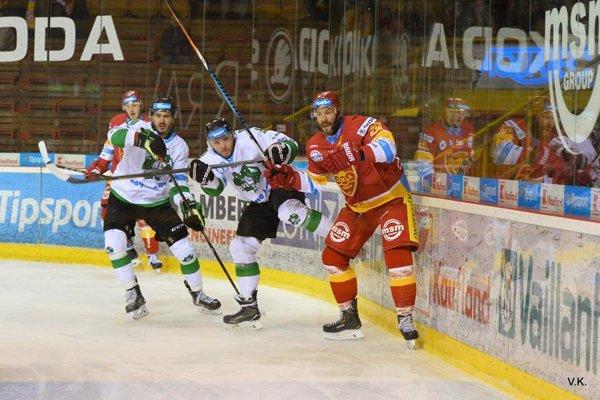 Dukla Trenčín (v červenom) potrebuje v Nových Zámkoch zvíťaziť za tri body.