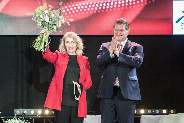 Maroša Šefčoviča v kampani výrazne podporuje jeho manželka Helena.