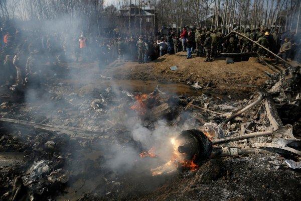 Kašmírski dedinčania a indickí vojaci sa zhromažďujú pri vraku indickej stíhačky po jej zostrelení pakistanskými silami v Budgame na predmestí Šrínagaru, v indickej časti Kašmíru 27. februára 2019.