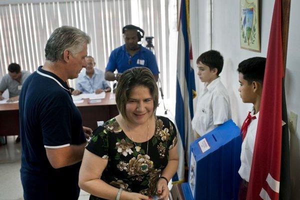 Prezident Kuby Miguel Diaz-Canel (vľavo) sa zúčstnil na referende.