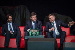 Predseda strany SMER-SD Robert Fico, podpredseda vlády a minister zahraničných vecí a európskych záležitostí SR Miroslav Lajčák a podpredseda strany SMER-SD Robert Kaliňák počas predvolebného stretnutia s priaznivcami strany SMER-SD v NTC.