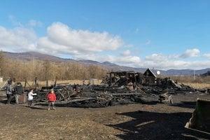 Požiar zničil dom a desať chatrčí.