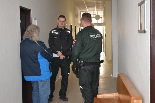 Ivana priviedli na pojednávanie policajti.