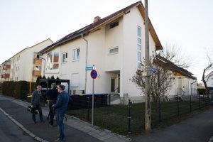 Novinári stoja pred domom počas dopingovej razie v nemeckom meste Erfurt 27. februára 2019. Počas policajnej razie v dejisku majstrovstiev sveta v klasickom lyžovaní v rakúskom Seefelde aj neďalekom Nemecku zatkli deväť osôb podozrivých z dopingu vrátane niekoľkých bežcov na lyžiach.