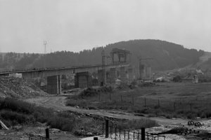 Na archívnej snímke z 10. júla 1980 výstavba viaduktu pri Liptovskom Jáne.