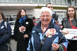 Dôchodkyňa Gabriela Galvánková o kvet od predstaviteľov Smeru nestojí. Postavila sa k protestujúcim s kvetom z novinového papiera.
