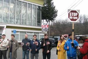 Aktivisti pred halou.