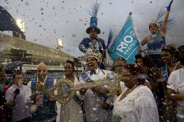 Kráľ karnevalu Momo, vymyslená postava, drží v ruke symbolický kľúč od mesta počas ceremónie otvorenia karnevalu v Riu de Janeiro.