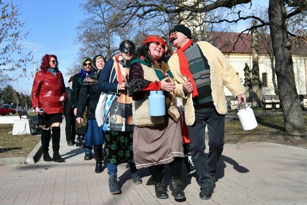 Účastníci sprievodu počas podujatia Fašiangy 2019 v Trebišove.