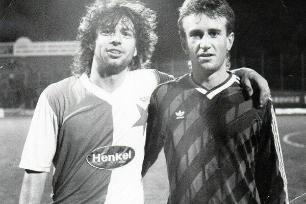 Jaroslav Vágner (vpravo) v drese ZVL Pov. Bystrica po prvoligovom zápase proti Slavii Praha s Robertom Žákom.