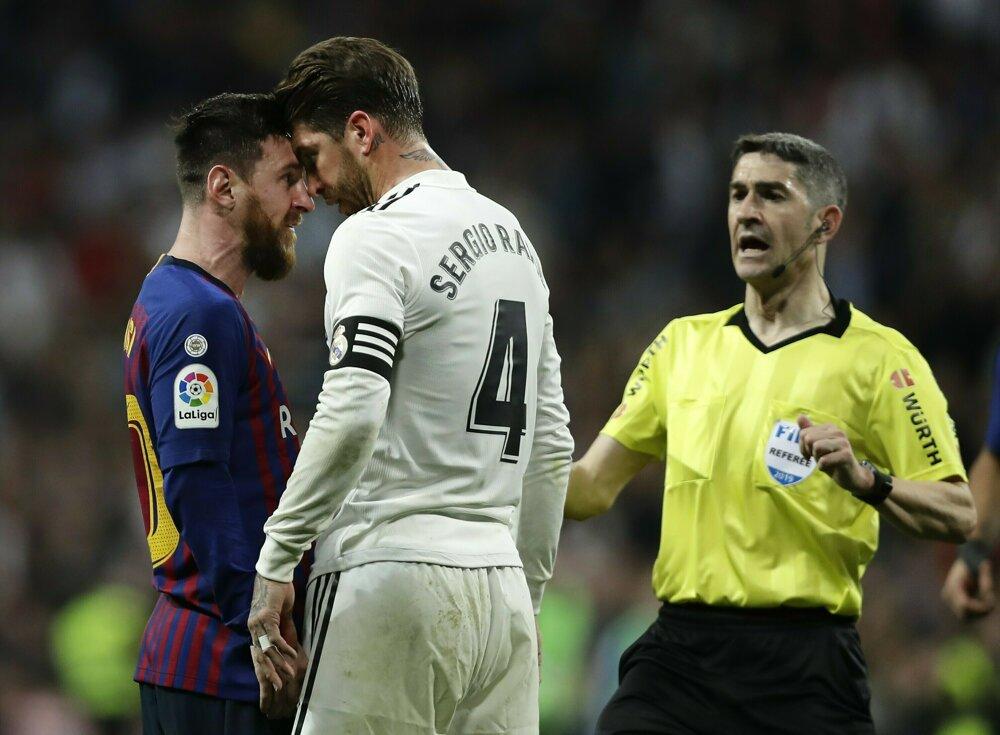6520f4e694c86 La Liga 2018/2019: Pozrite si momentky zo zápasu Real Madrid - FC Barcelona.  2/14. Zväčšiť Všetky fotky. Sergio Ramos (v bielom drese) si vymieňa názory  s ...