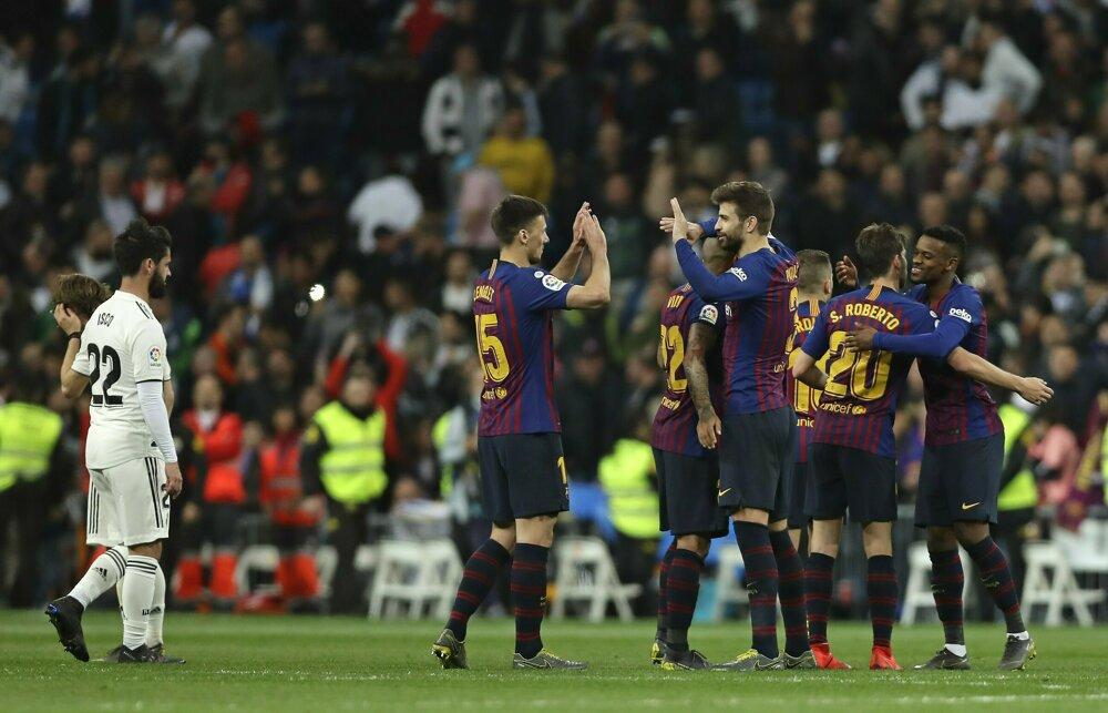 5b048fe3cc7b7 La Liga 2018/2019: Pozrite si momentky zo zápasu Real Madrid - FC Barcelona.  13/14. Zväčšiť Všetky fotky. Futbalisti FC Barcelona sa radujú z víťazstva.