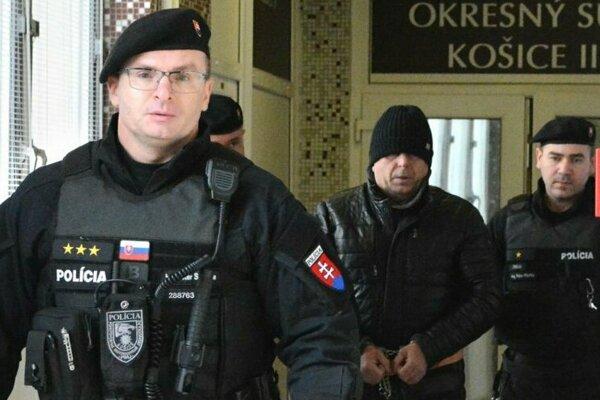 Vladimíra M. privádza eskorta na súd, ktorý bude rozhodovať o väzbe.