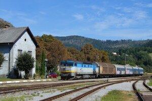 Nákladný vlak v stanici Slavošovce.