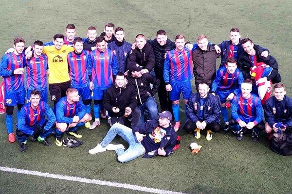Spoločná fotka niektorých hráčov MFK Zvolen s fanúšikmi po zápase na Štiavničkách.