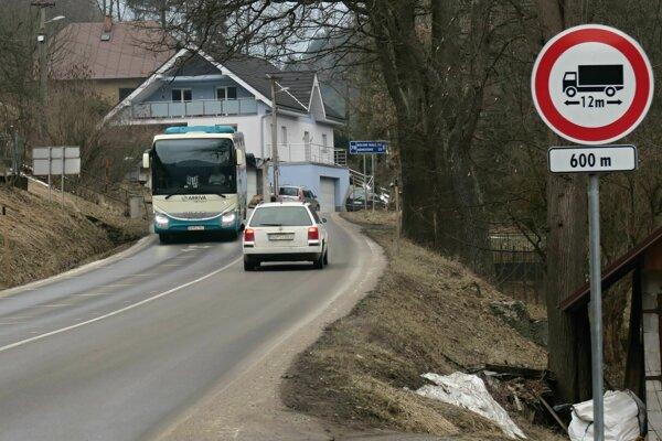 Značka zakazujúca vjazd nákladných áut s dĺžkou presahujúcou 12 metrov na križovatke v Oravskom Podzámku.
