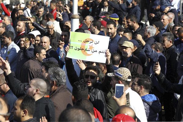 Alžírčania pokračujú v protestoch.