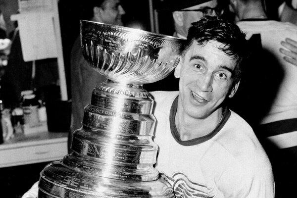 Na archívnej snímke zo 16. apríla 1954 hokejista Detroitu Red Wings Ted Lindsay pózuje so Stanleyho pohárom po výhre nad Montrealom Canadiens. Člen Siene slávy zomrel vo veku 93 rokov vo svojom dome v Michigane v pondelok 4. marca 2019.
