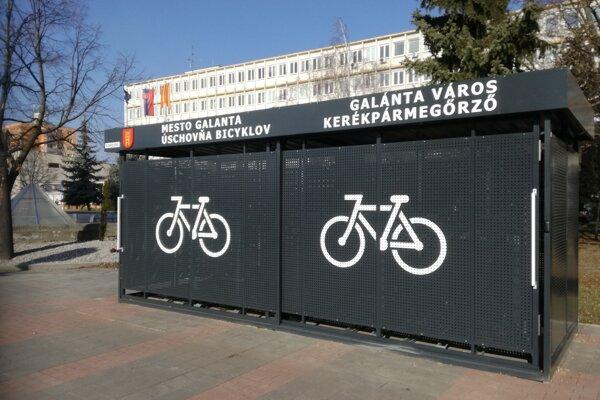 Cyklobox na Mierovom námestí vGalante bude fungovať na bezpečnostný čip.