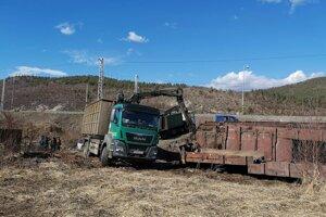 Práce na vykoľajených vagónoch.