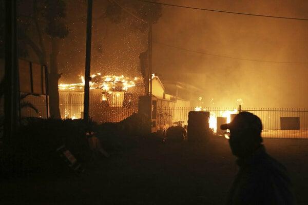 Predajňu áut vo Versailles zachvátil požiar, jeden človek sa zranil