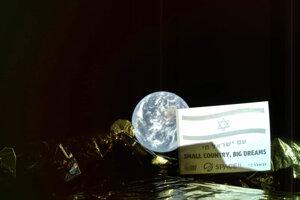 Snímka vznikla počas letu modulu k Mesiacu a zachytáva ho na pozadí so Zemou.