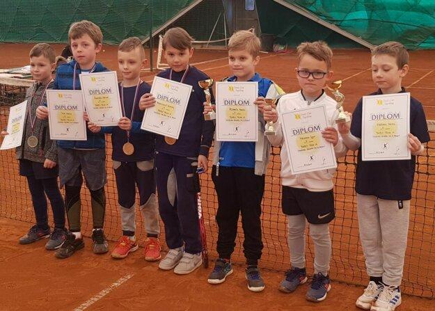 Osmička najlepších chlapcov na turnaji: Dávid Slaninák (tretí zľava), Kristián Adamkovič (štvrtý zľava) a Igor Malinka (šiesty zľava).