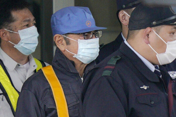 Muža s maskou prepúšťajú z väzby v Tokiu. Pravdepodobne ide o Carlosa Ghosna (uprostred).