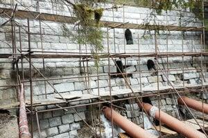 Práce na oprave tajchu