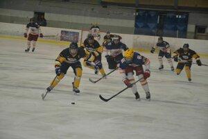 Dorastenci Dubnice (v bielom) vyradili vo štvrťfinále play off 1. ligy Prešov Penguins.