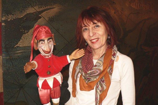 Mária Herodeková s jednou zo svojich prvých vyrezávaných bábok.