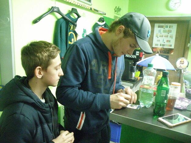 Cenný podpis od obrancu Andreja Hatalu získava jeden z najvernejších fanúšikov MHC Tomáš Bleho