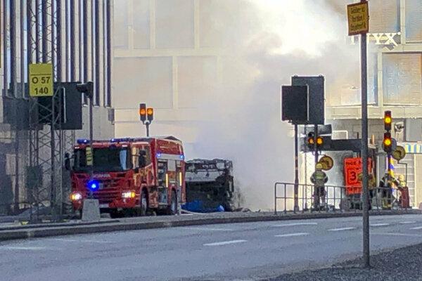 Na mieste zasahujú hasiči.