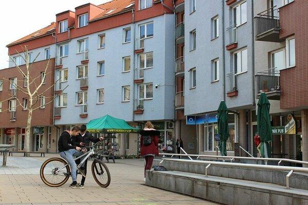 Aj z bytov na Moyzesovej ulici v centre Púchova dostali niektorí nájomníci výpoveď.