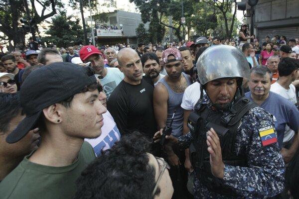 Vo Venezuele neutíchajú protesty proti súčasnému prezidentovi.