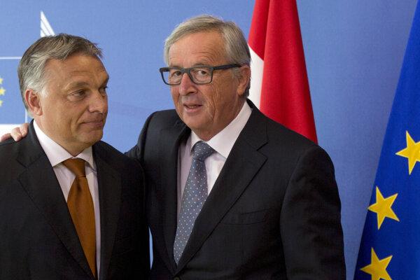 Predseda Európskej komisie Jean-Claude Juncker (vpravo) bol tvárou Orbánovej (vľavo) kampane proti EÚ.