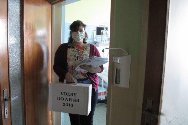 Členky volebnej komisie išli aj k ležiacim pacientom Rooseveltovej nemocnice s rúškami. V nemocnici platia kvôli výskytu chrípky už od 19. februára sprísnené hygienické štandardy a platí zákaz návštev na oddeleniach.