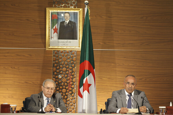 Nový alžírsky premiér Núraddín Badawí (vpravo) a vicepremiér Ramtane Lamamra.